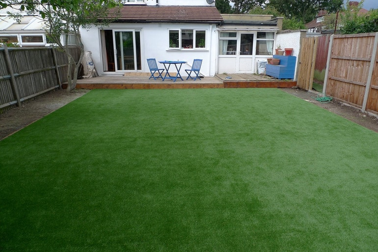 artificial-grass-vs-natural-grass-2